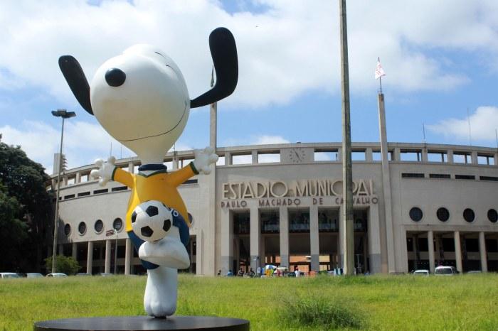 Em destaque, Estátua do Snoopy jogador atrai visitantes e turis